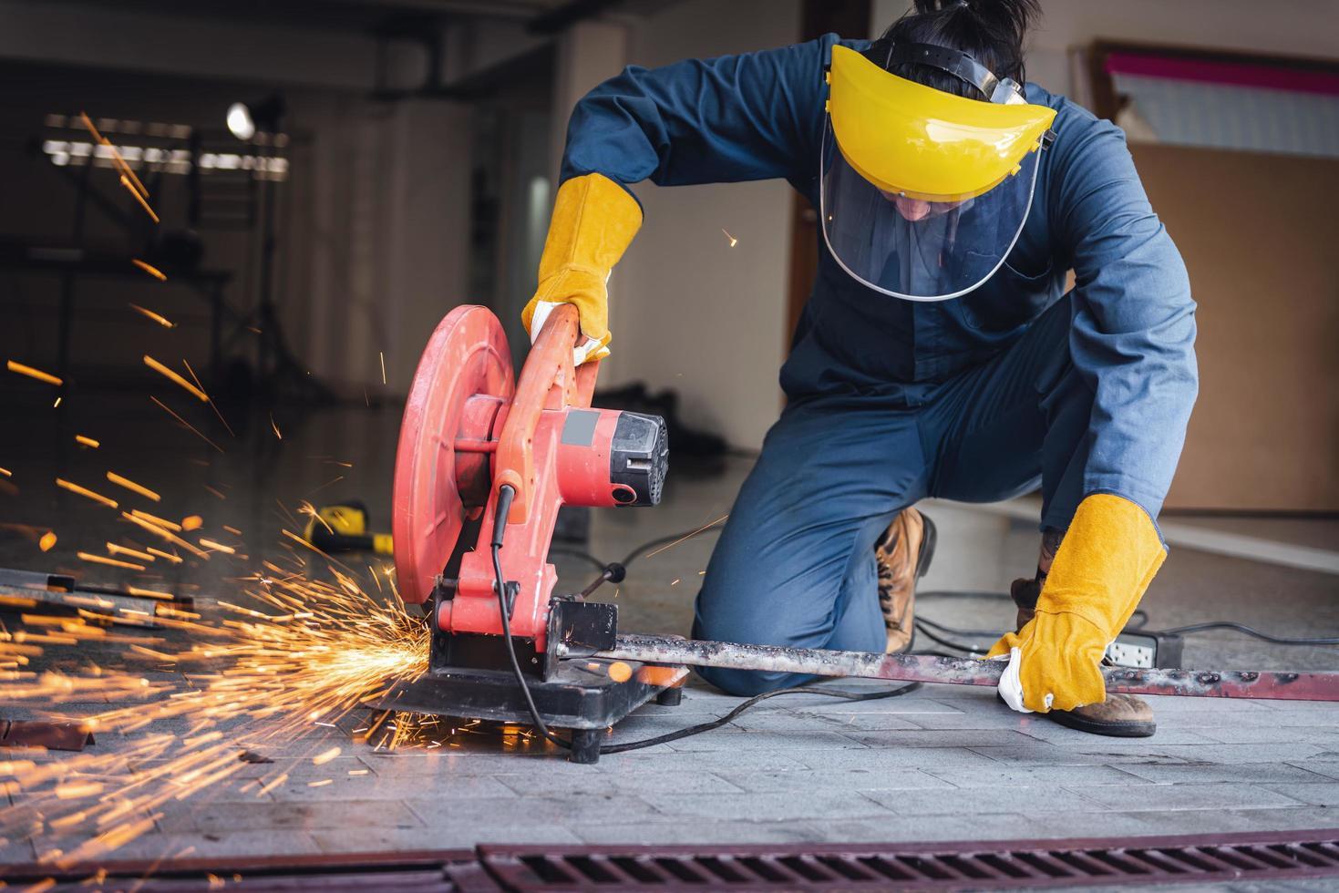 vakman lassen van staal op de bouwplaats foto