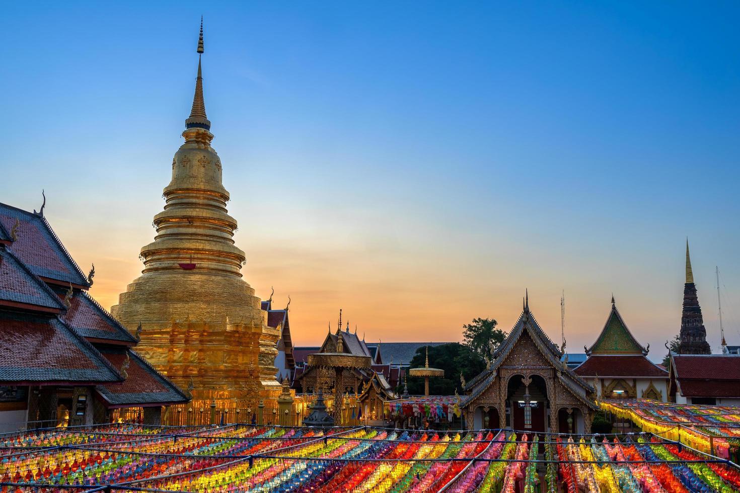 schemeringhemel bij een jaarlijks festival in Thailand foto
