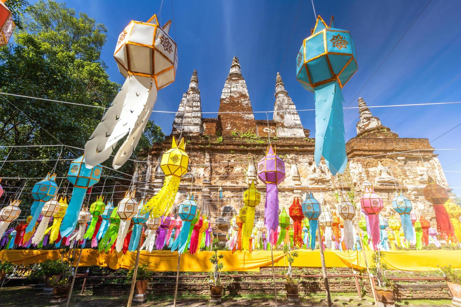heldere en kleurrijke lanna-lantaarns hangen op yi peng festival in thailand foto