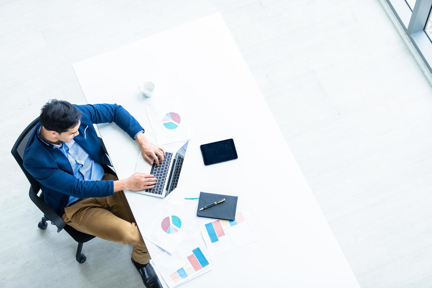 jonge Aziatische zakenman die werkt in een modern kantoor foto