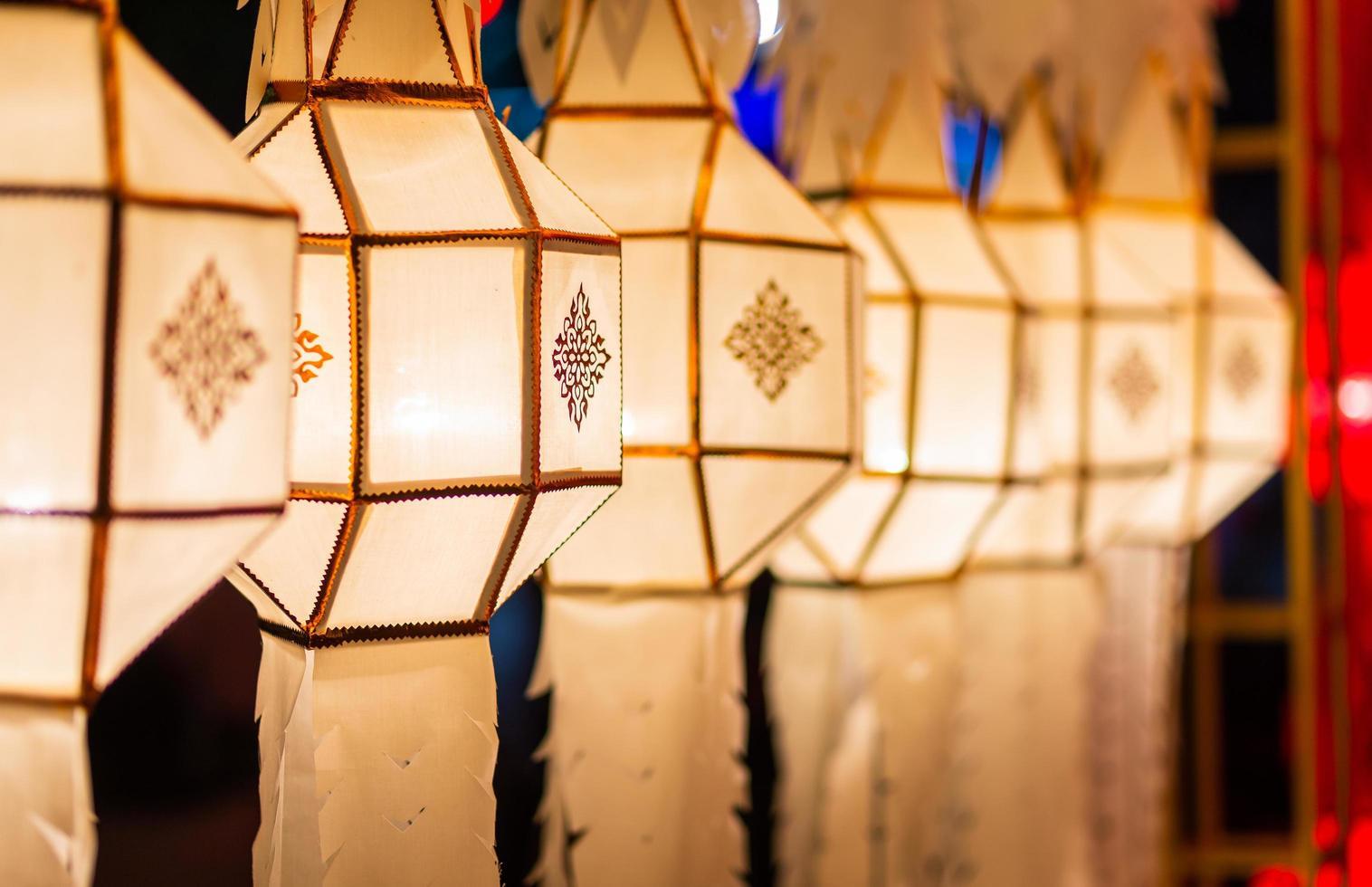 een reeks nanna-lantaarns vult de festivalzaal in thailand foto