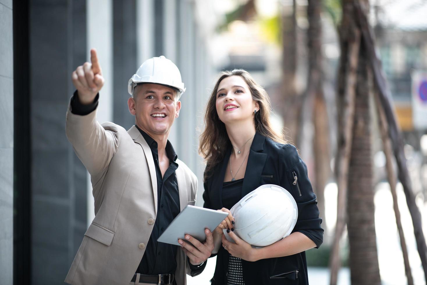 twee arbeiders die een bouwwerf inspecteren foto