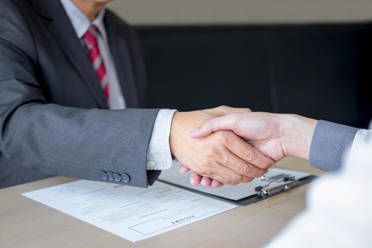 twee professionals handen schudden foto