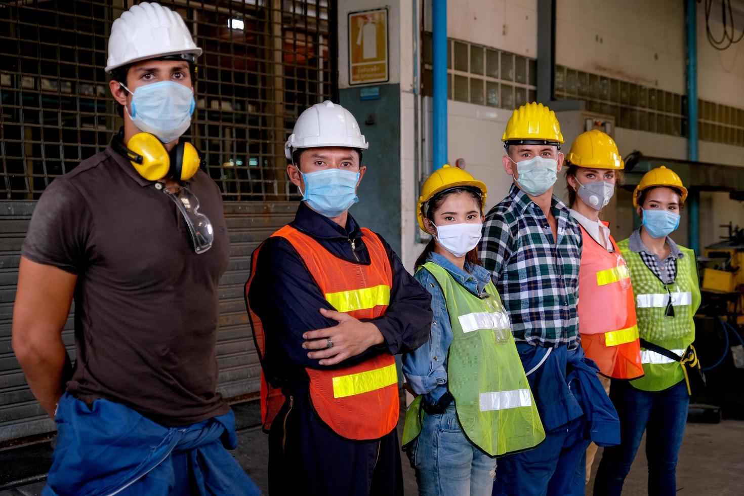 professionele industriële arbeiders staan samen foto