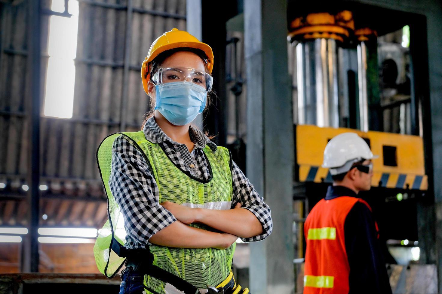 vrouwelijke fabriekstechnicus poseren op het werk foto