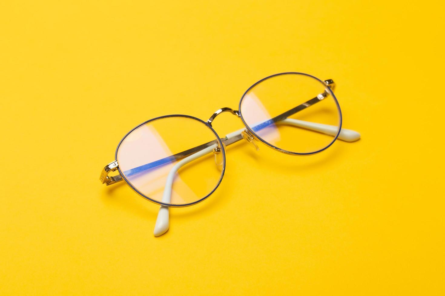 bril op gele achtergrond foto