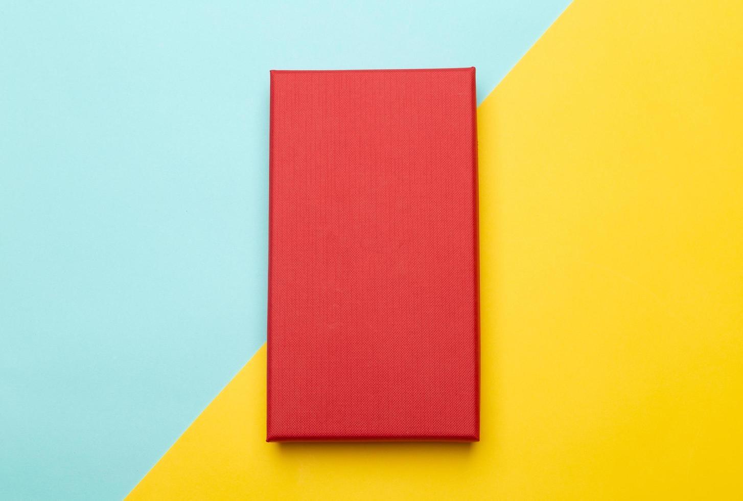 rode doos op gele en blauwe achtergrond foto