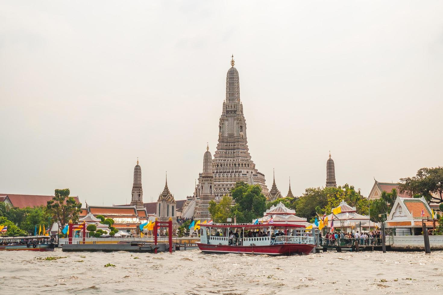 wat arun tempel langs de chao phraya rivier foto