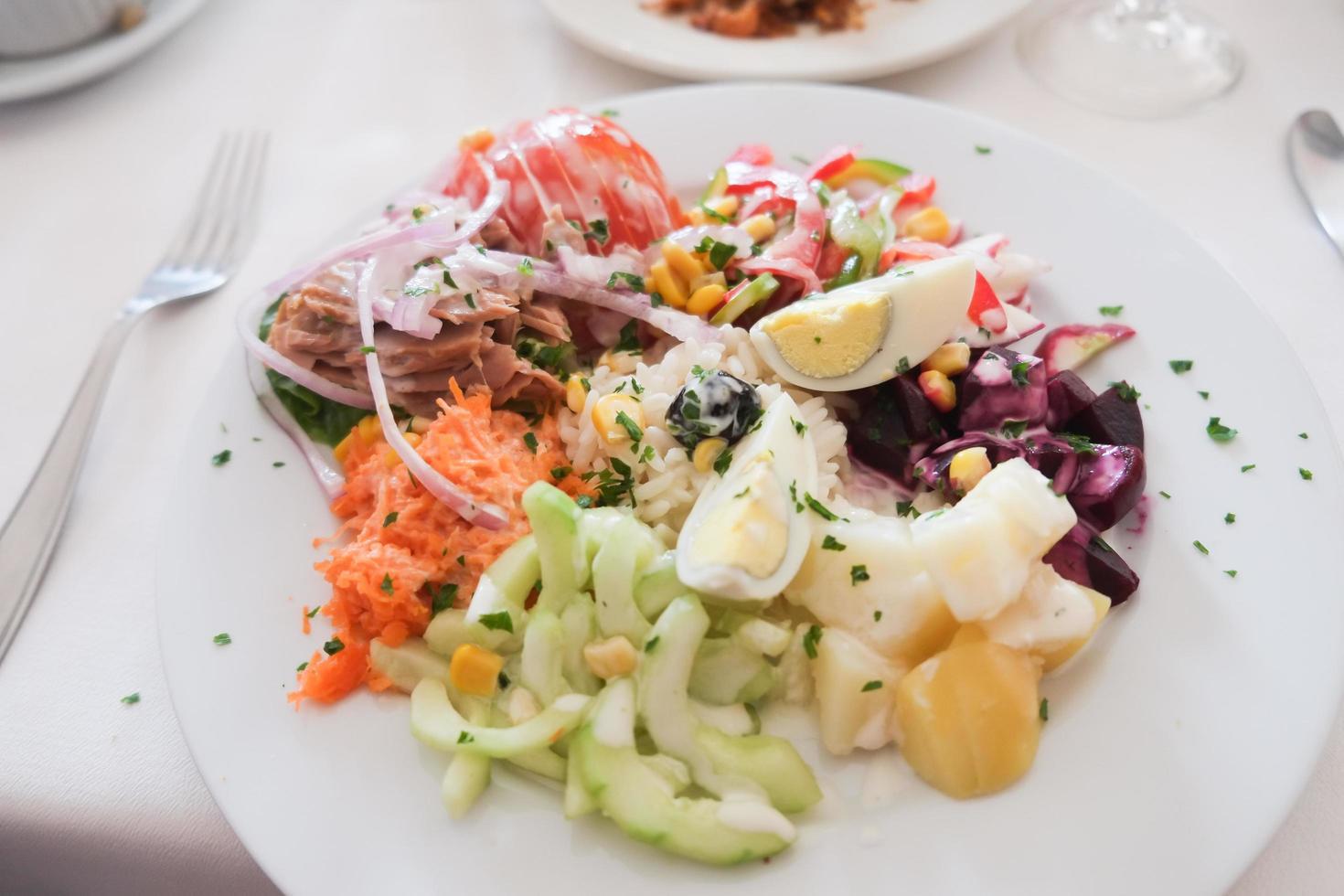 een bord salade foto