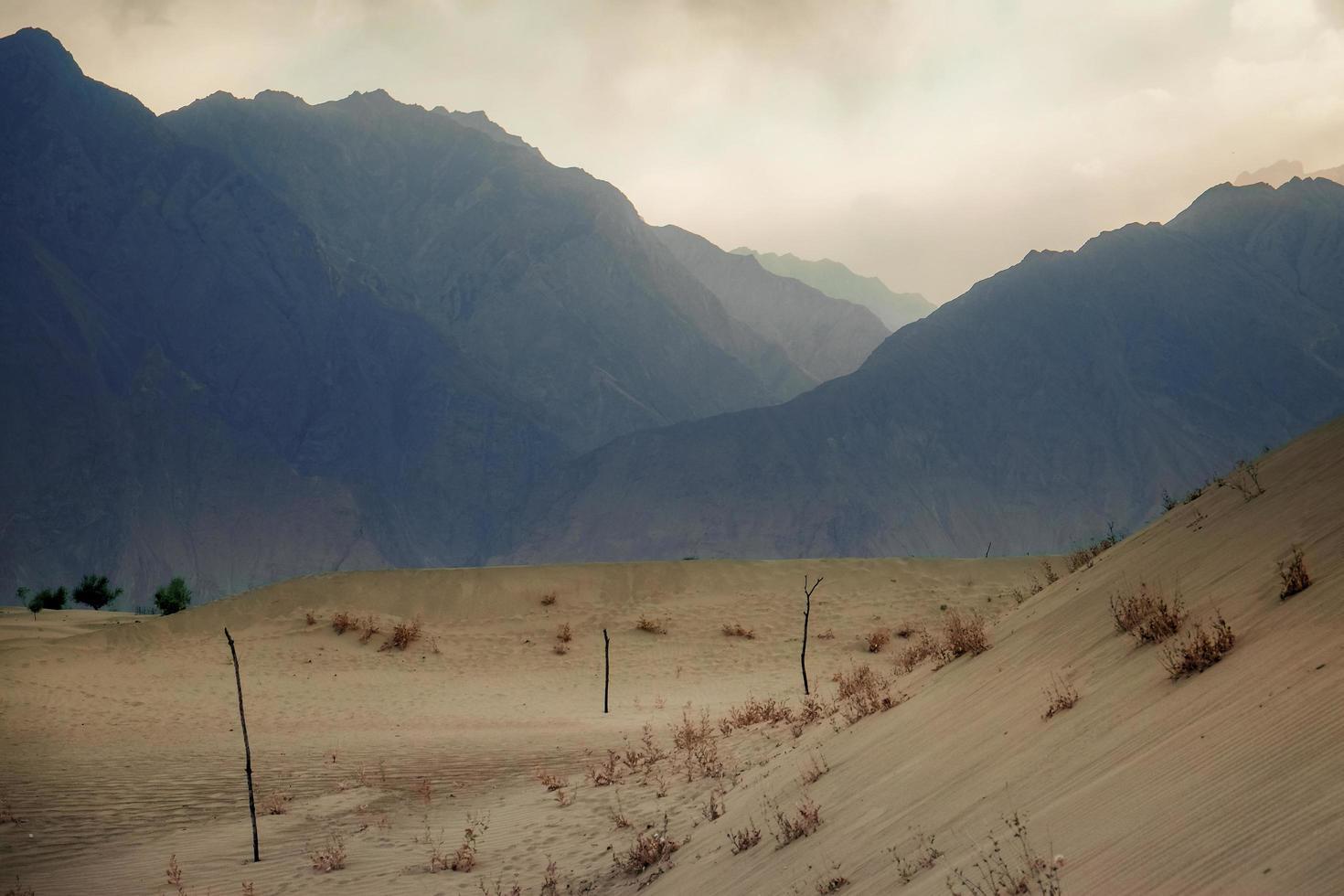 zonsondergang na zandstorm in woestijn foto