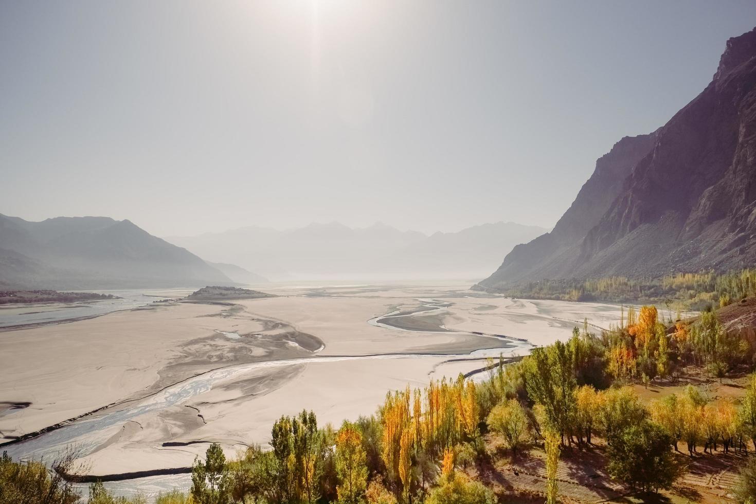 uitzicht op de indus rivier die door de katpana-woestijn stroomt foto