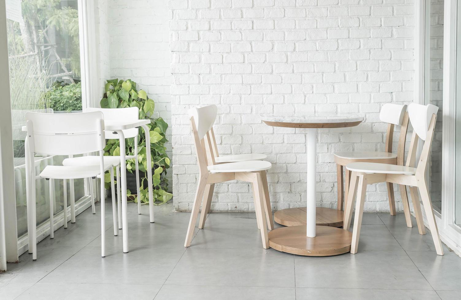 witte stoelen en tafels foto