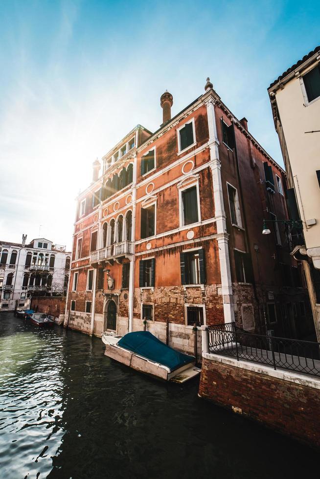 een gebouw aan een gracht in Venetië foto