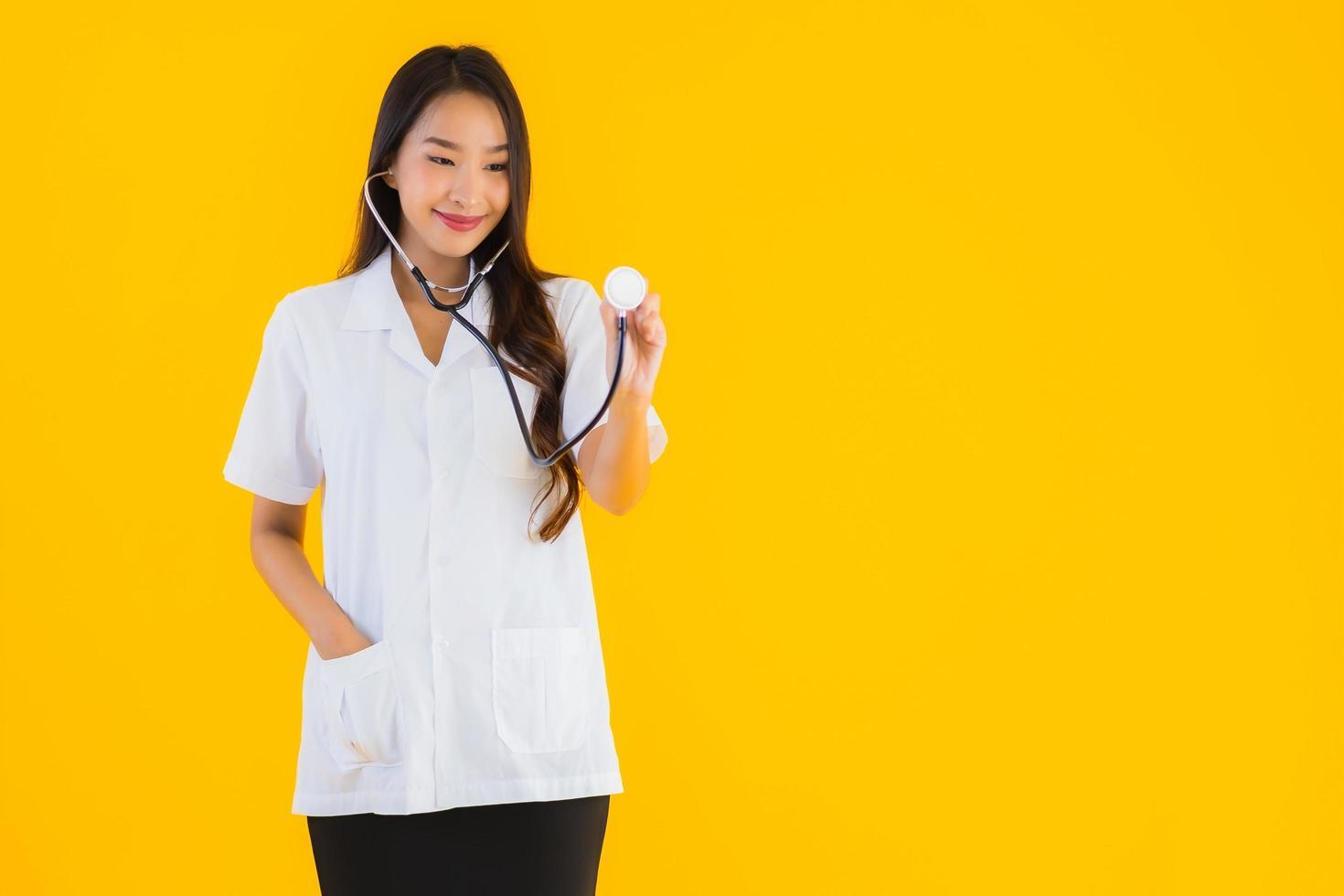 portret van vrouwelijke arts met een stethoscoop foto