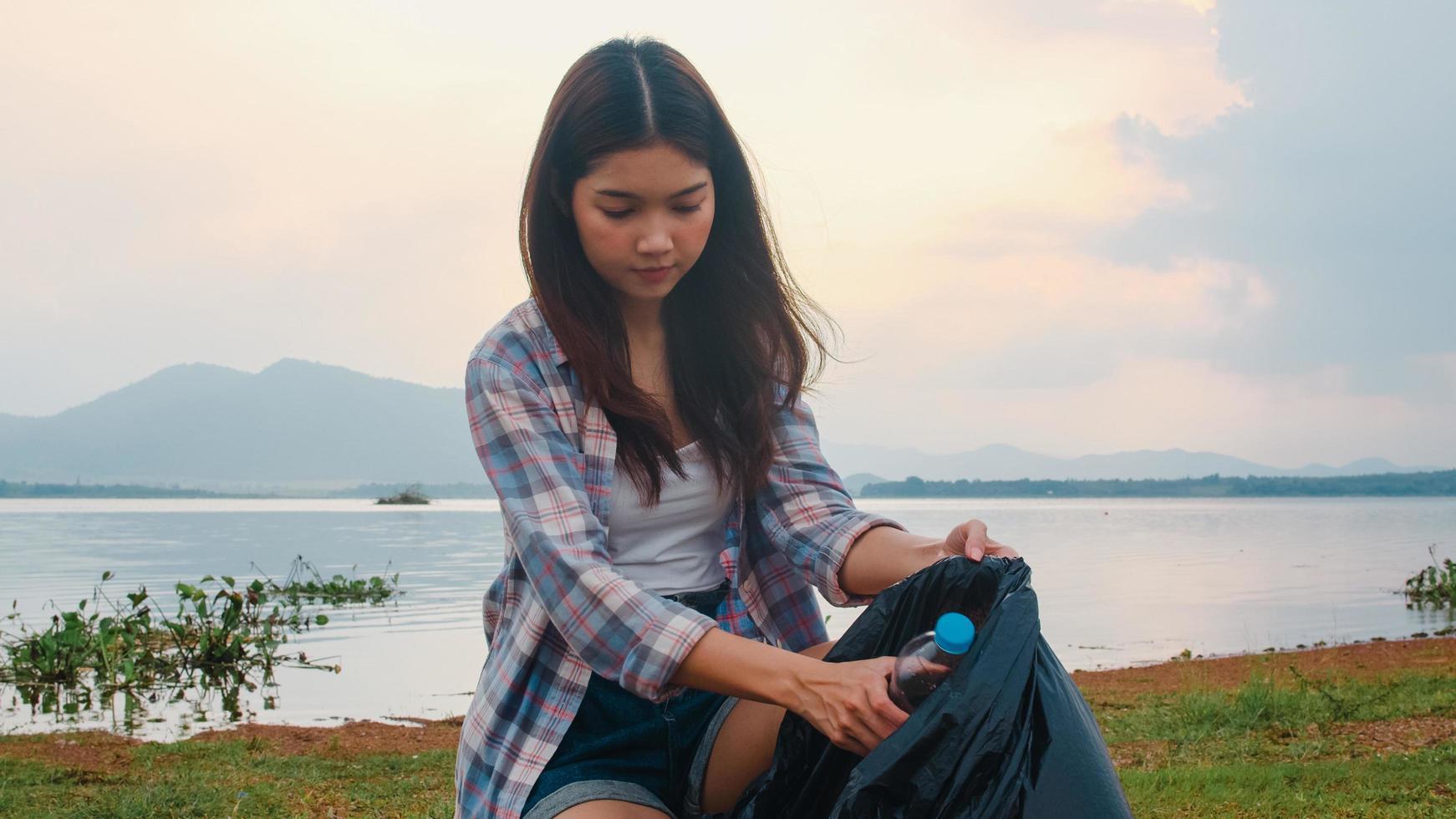 jonge Aziatische vrouwelijke activist op het strand. foto