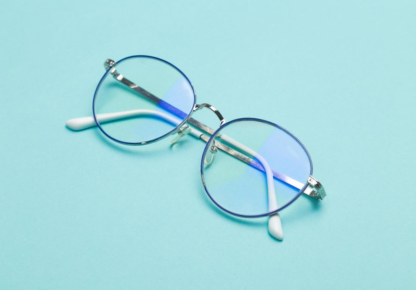 brillen op blauwe achtergrond foto