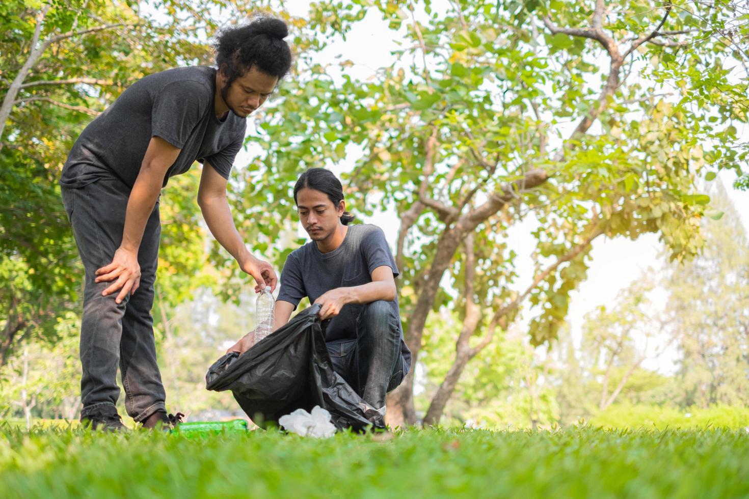 twee mannen opruimen park foto