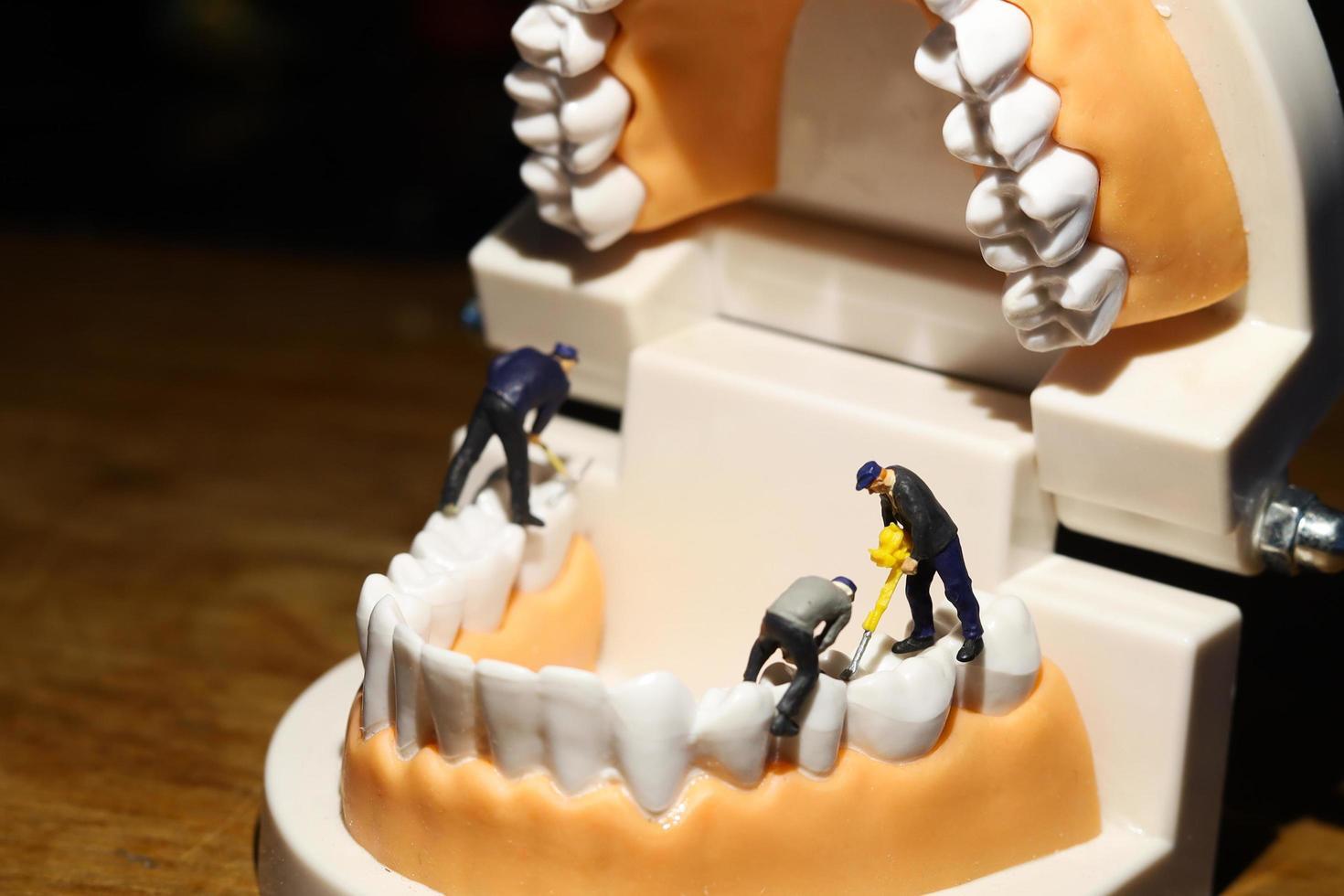miniatuurbeeldjes die tanden boren foto