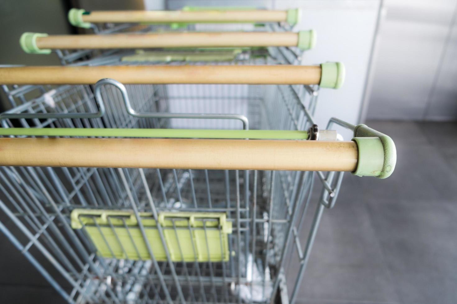 lege winkelwagentjes buiten de supermarkt foto