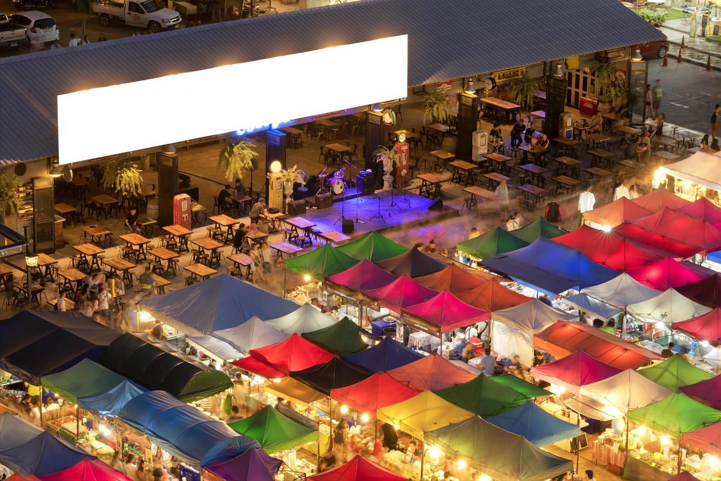 kleurrijke tenten en bar in ratchada avondmarkt foto