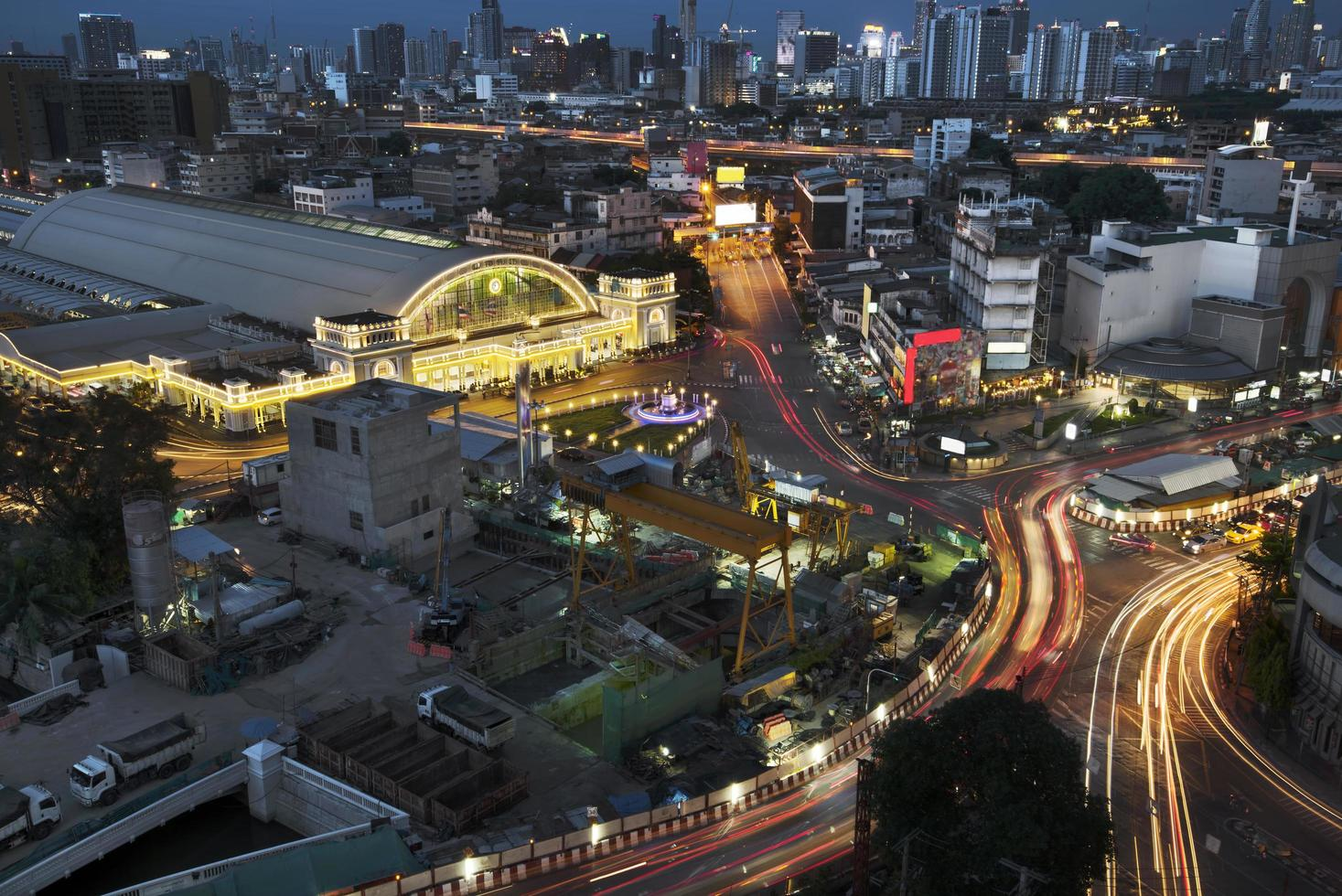 treinstation van bangkok bij schemering foto