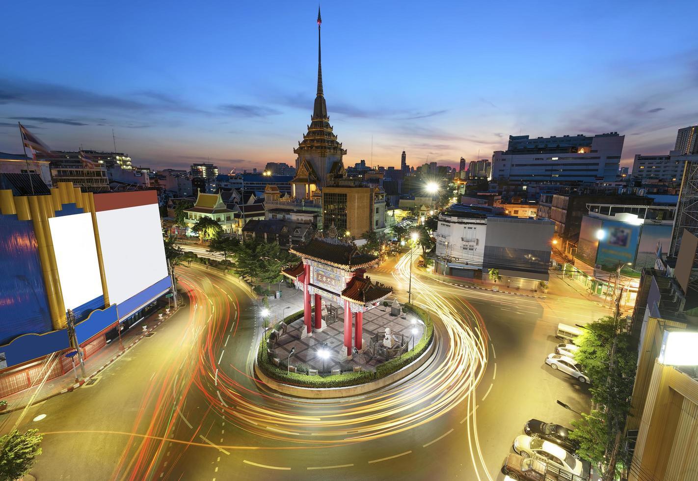 de poortboog en de tempel in bangkok, thailand foto