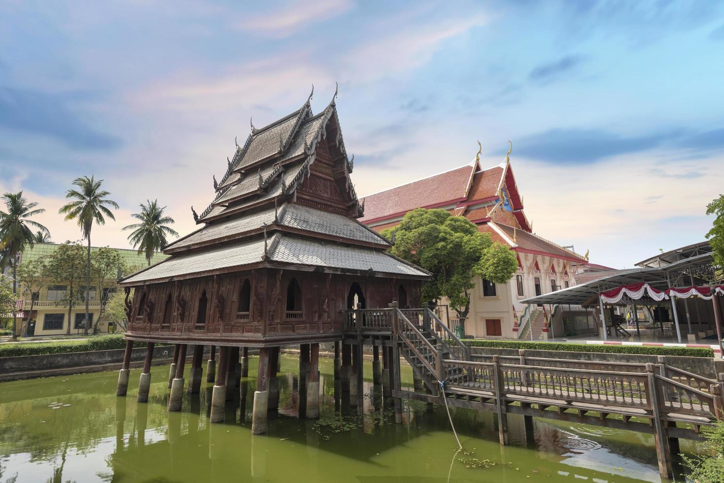 traditionele houten chedi in Thailand foto