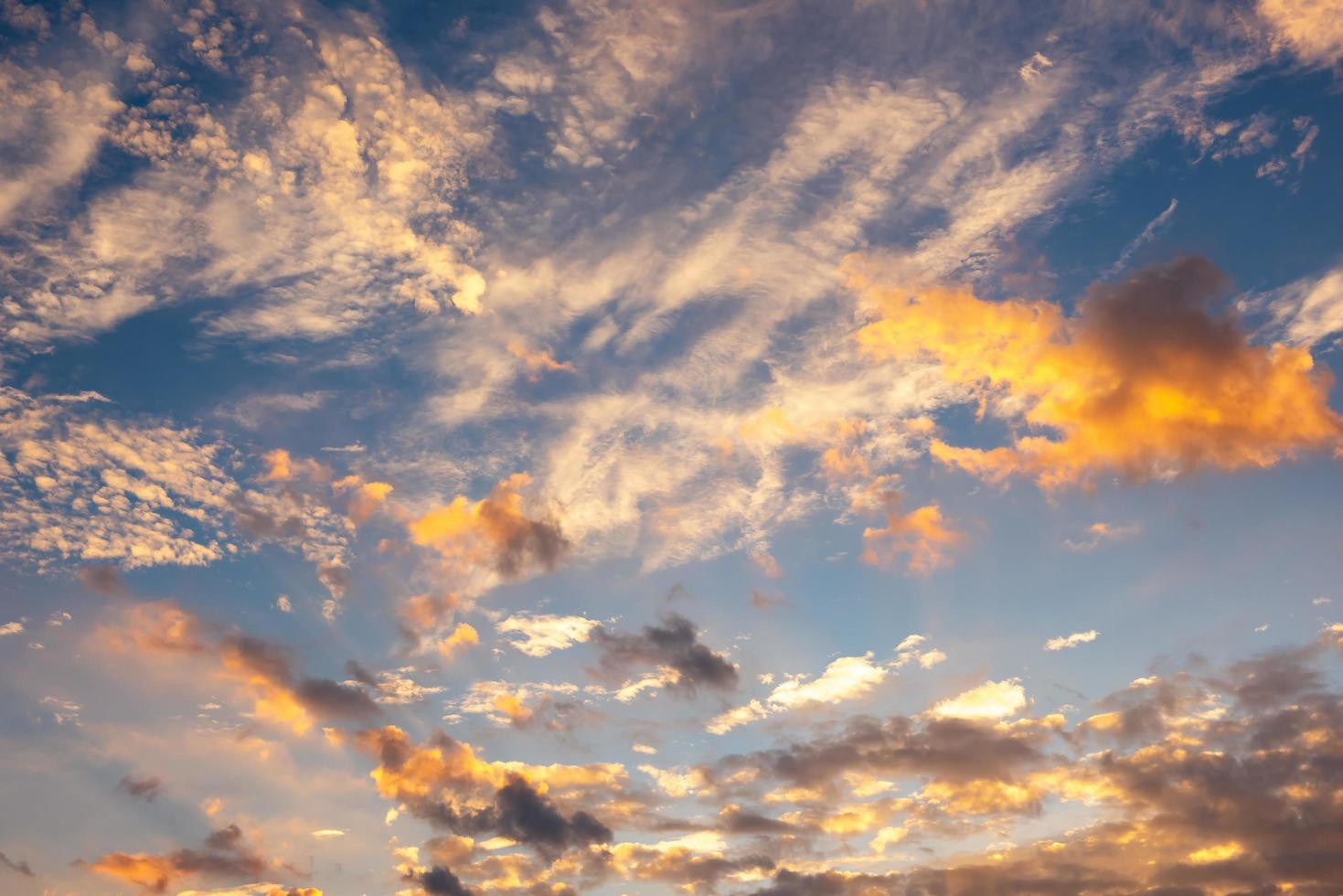 gele en oranje wolken en blauwe hemel foto