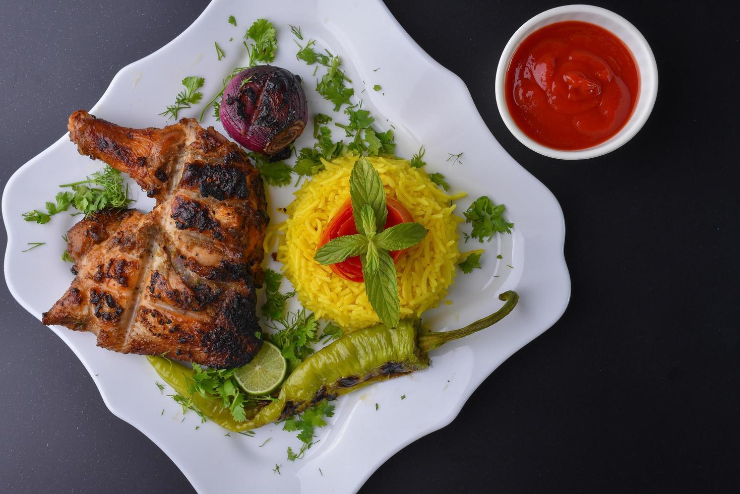 gegrilde kippenmaaltijd foto