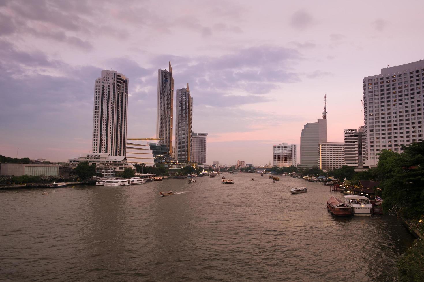 zonsondergang bij chao phraya rivier foto