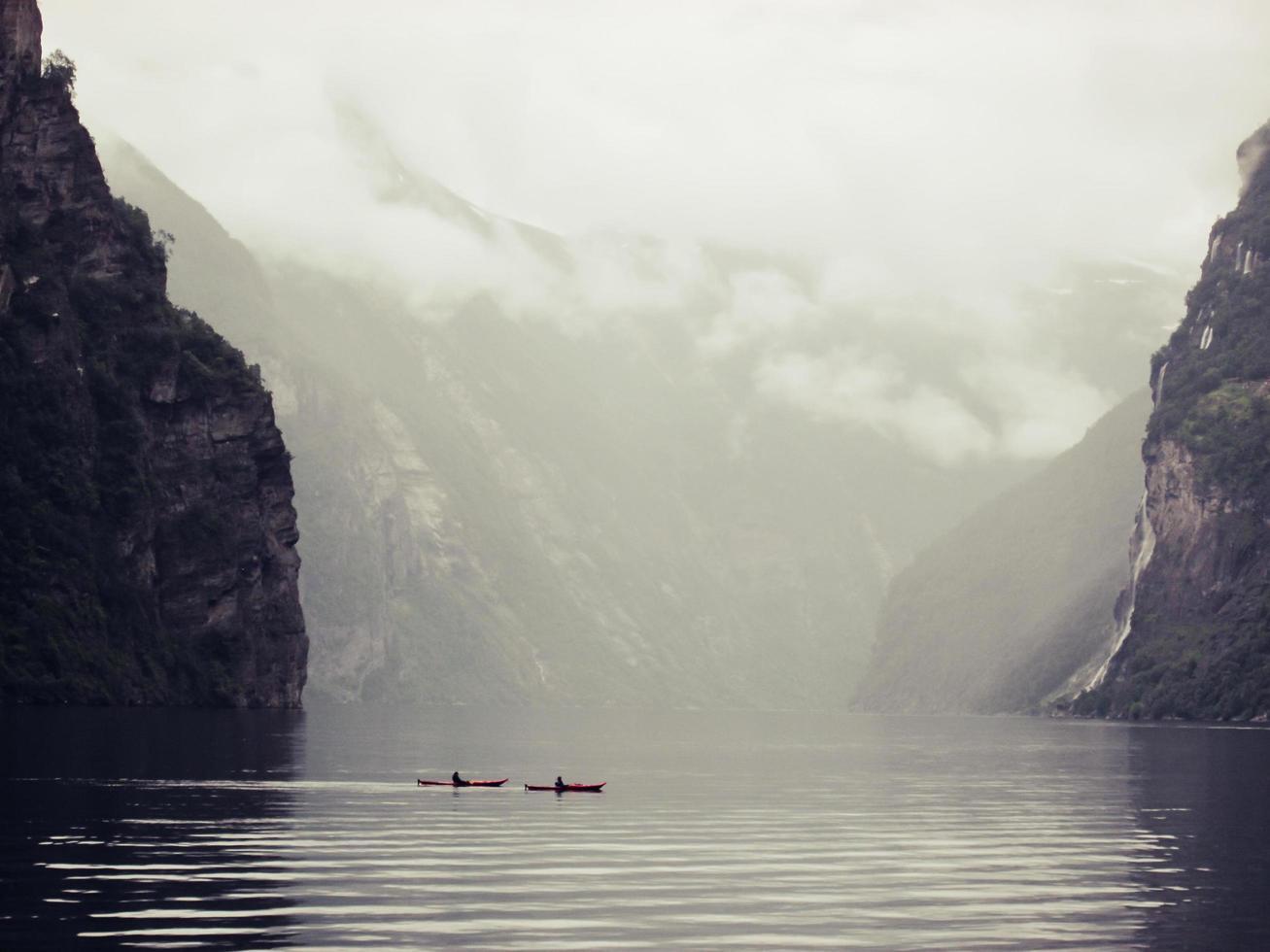 schilderachtig uitzicht van twee kajakkers in het meer in Noorwegen foto