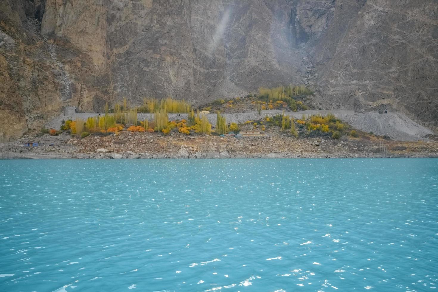 turkoois water van attabad meer foto