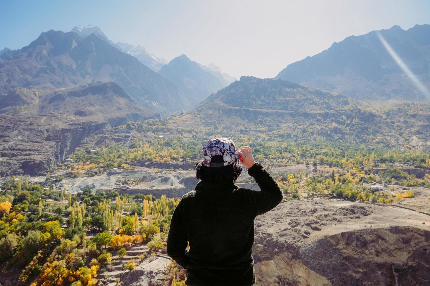 een meisje dat landschapslandschap bekijkt foto