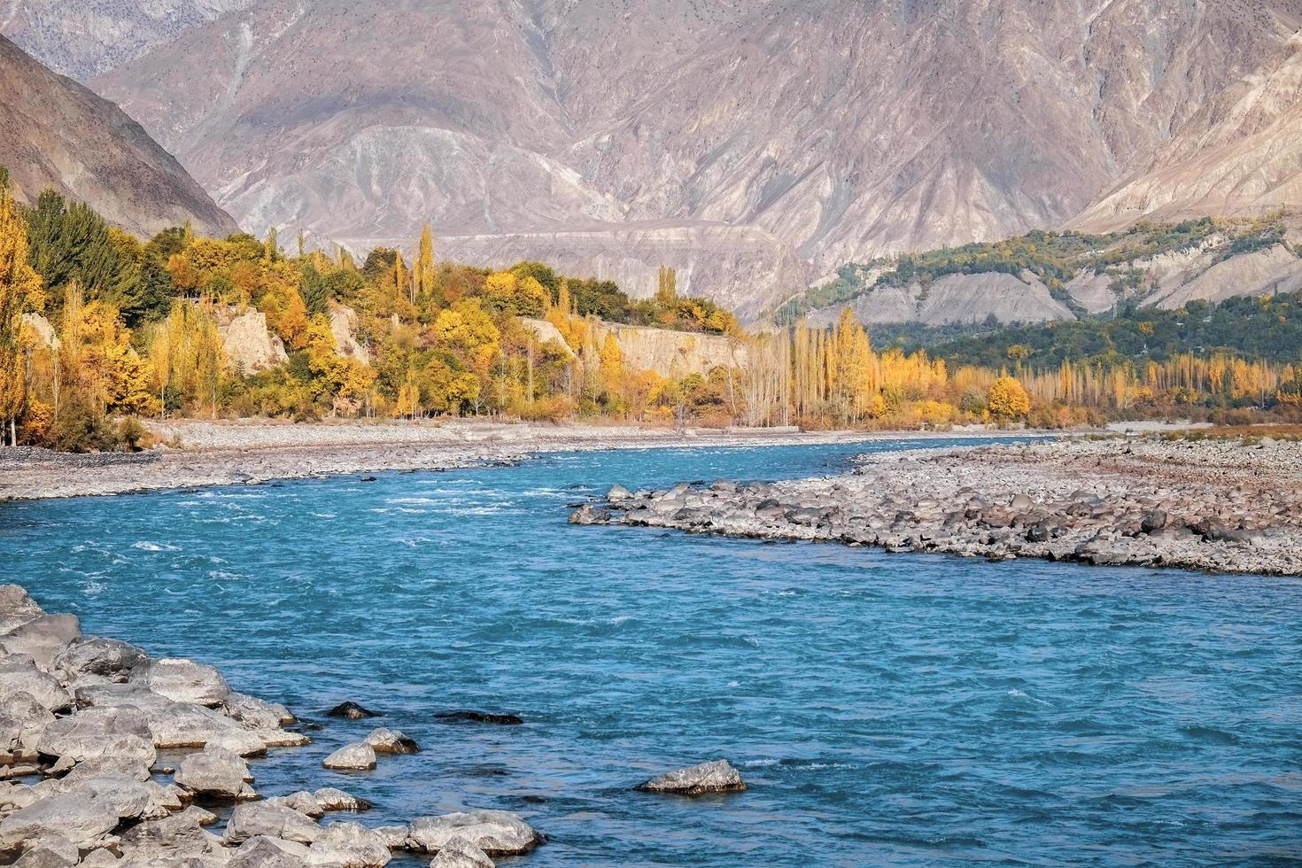 gilgit rivier stroomt door gupis, pakistan foto