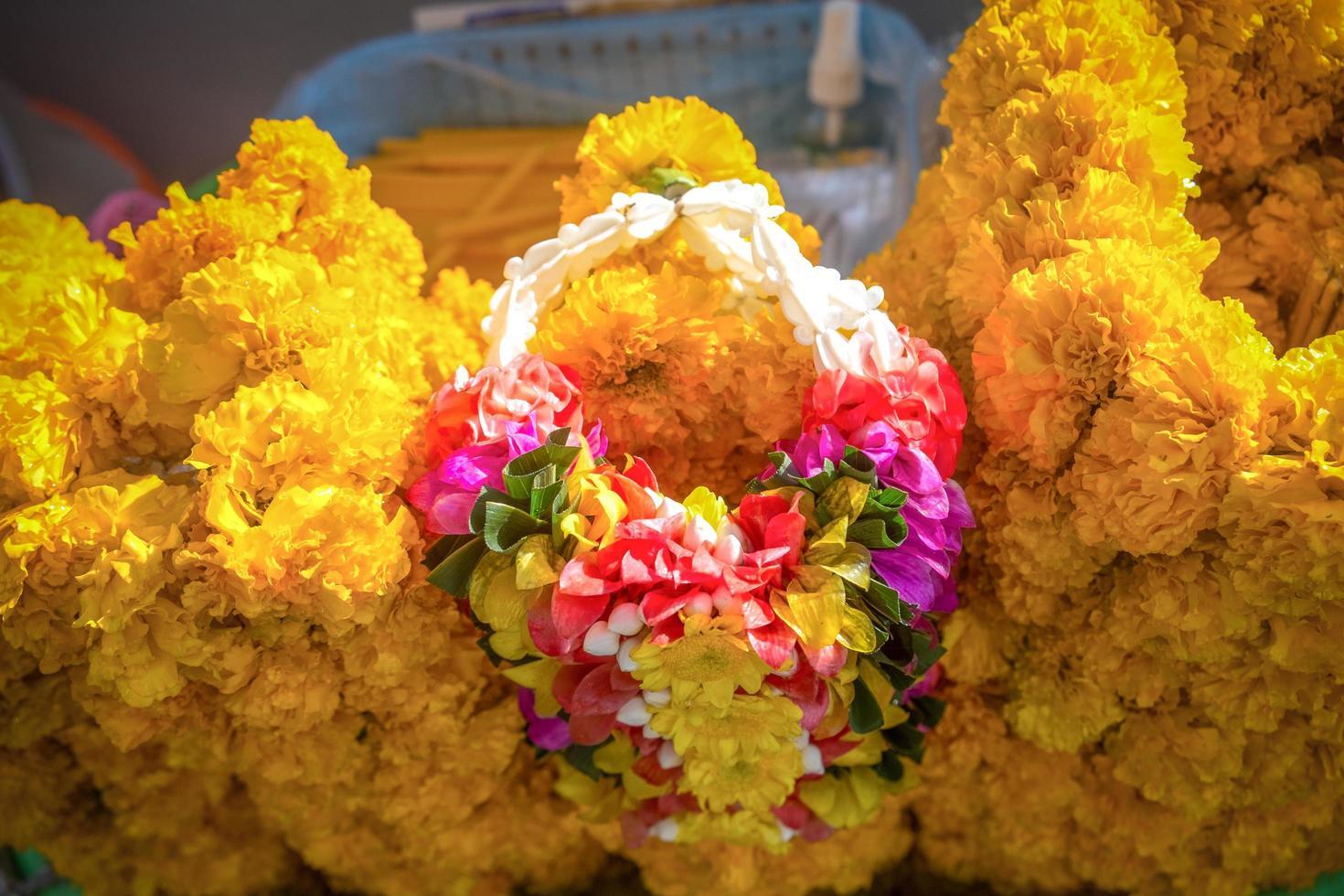 bloemenslinger te koop bij het erawan heiligdom foto