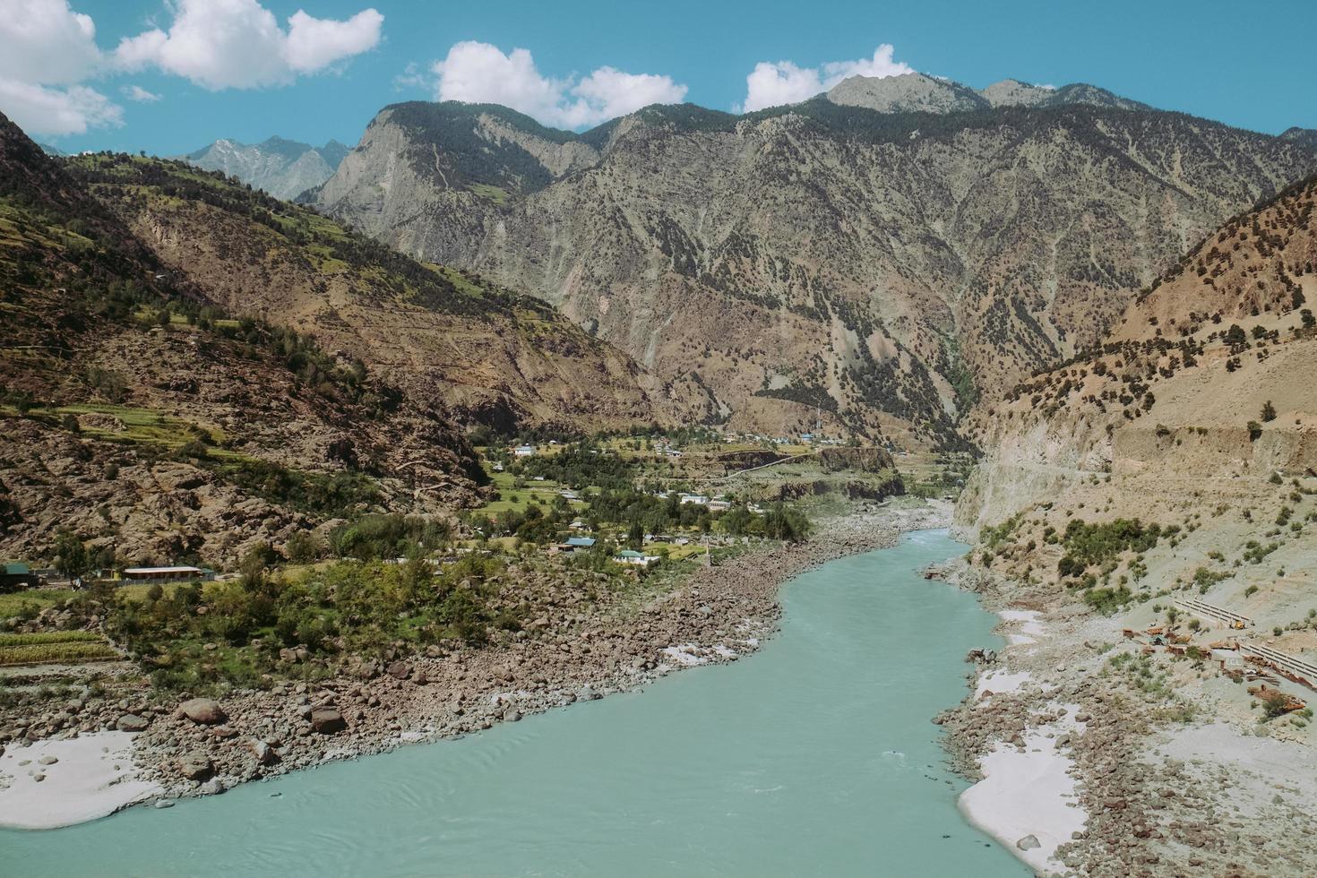 indus rivier stroomt door bergen foto