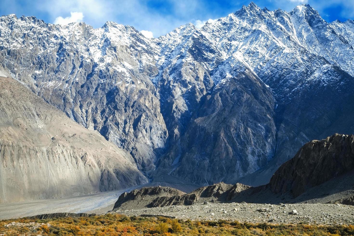 met sneeuw bedekte bergen in karakoram bereik in pakistan foto