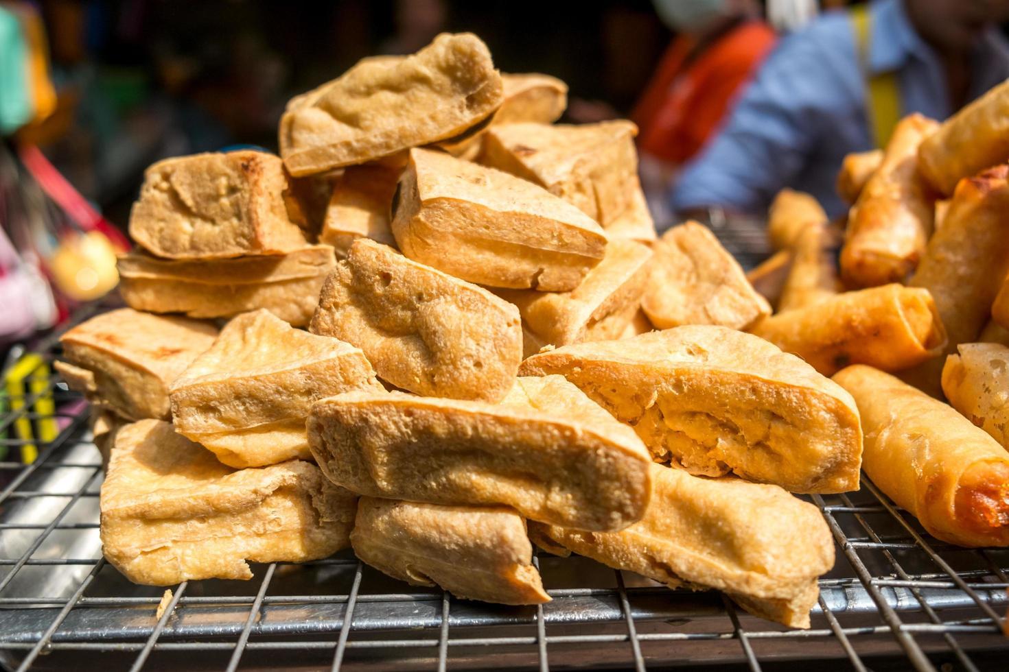 gebakken tofu te koop op een lokale markt foto