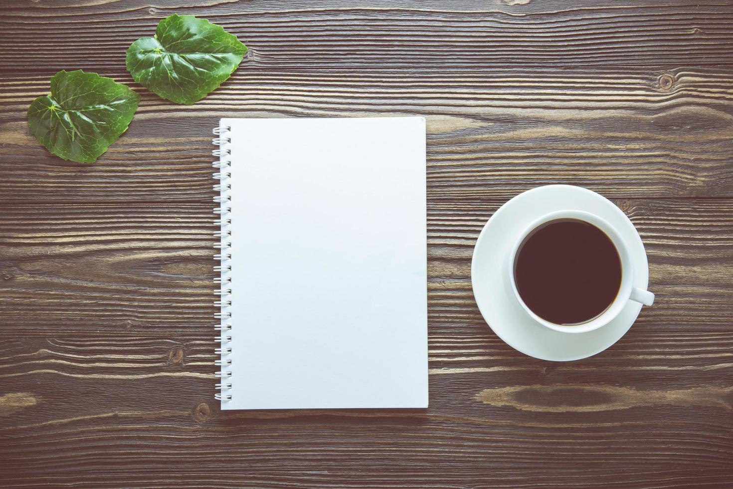 leeg notitieboekje met kop van koffie foto