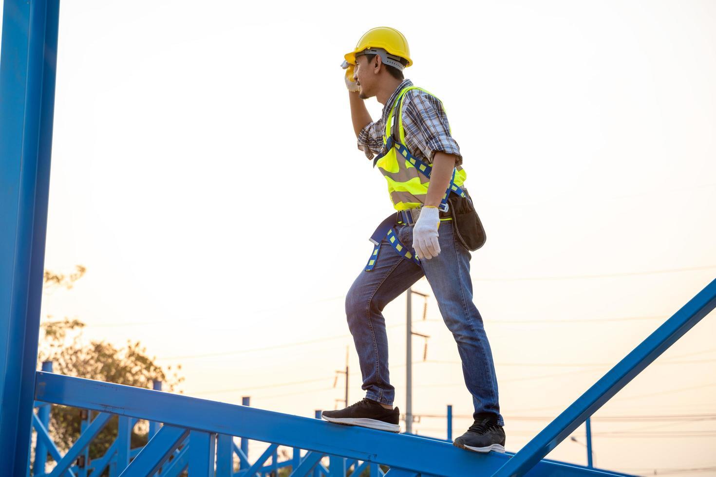 bouwvakker dragen van veiligheidsharnas foto