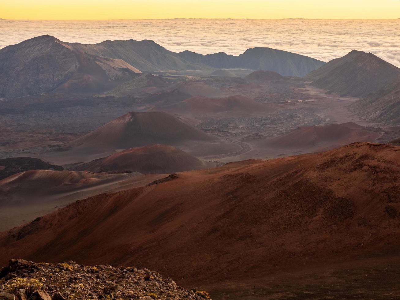 bruine en zwarte bergen foto