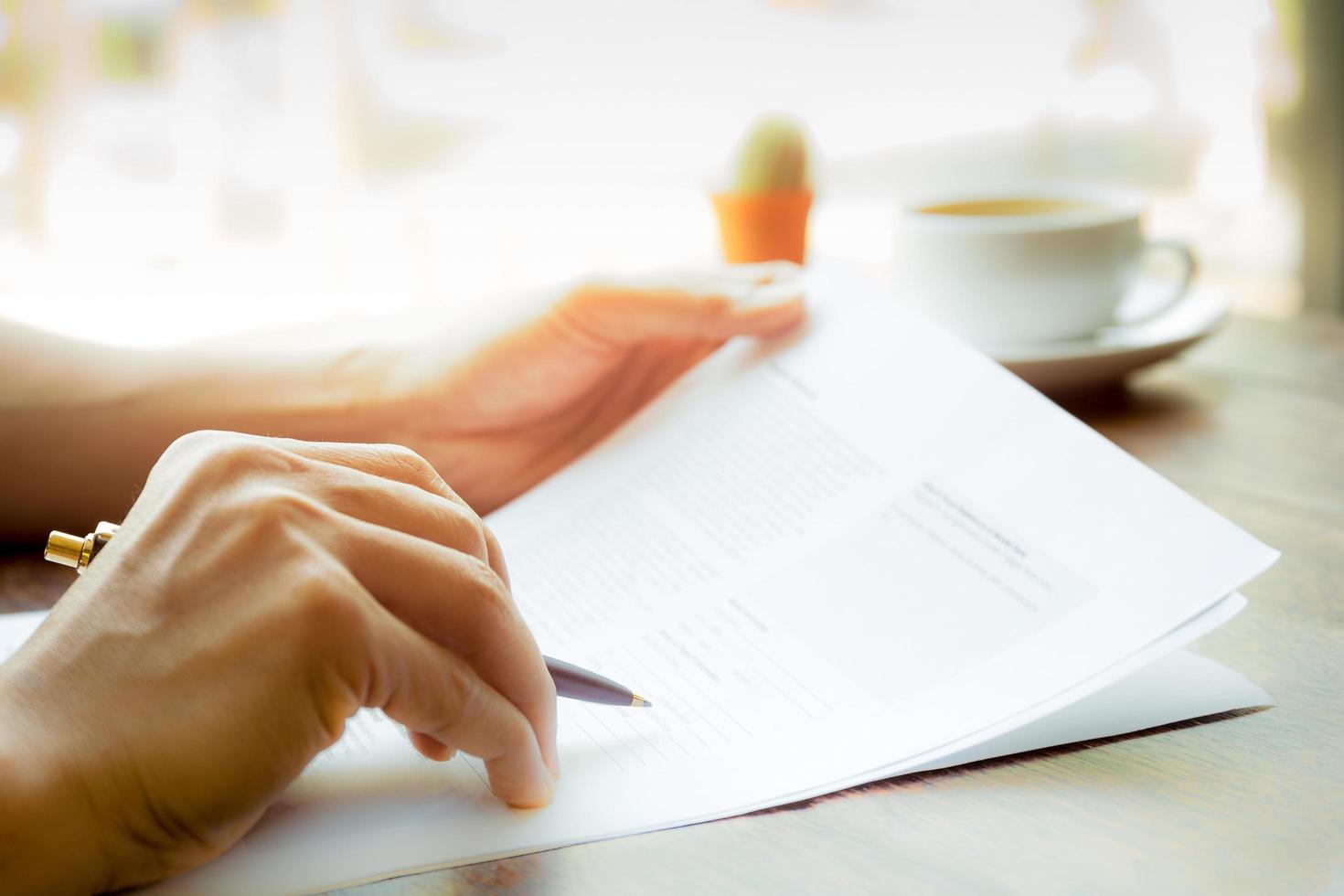 close-up van zakenman die over document kijkt foto