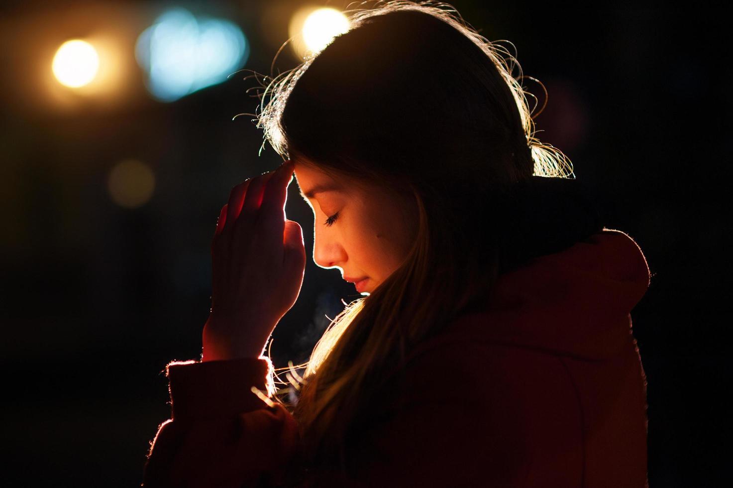 portret van een jonge vrouw met gesloten ogen foto