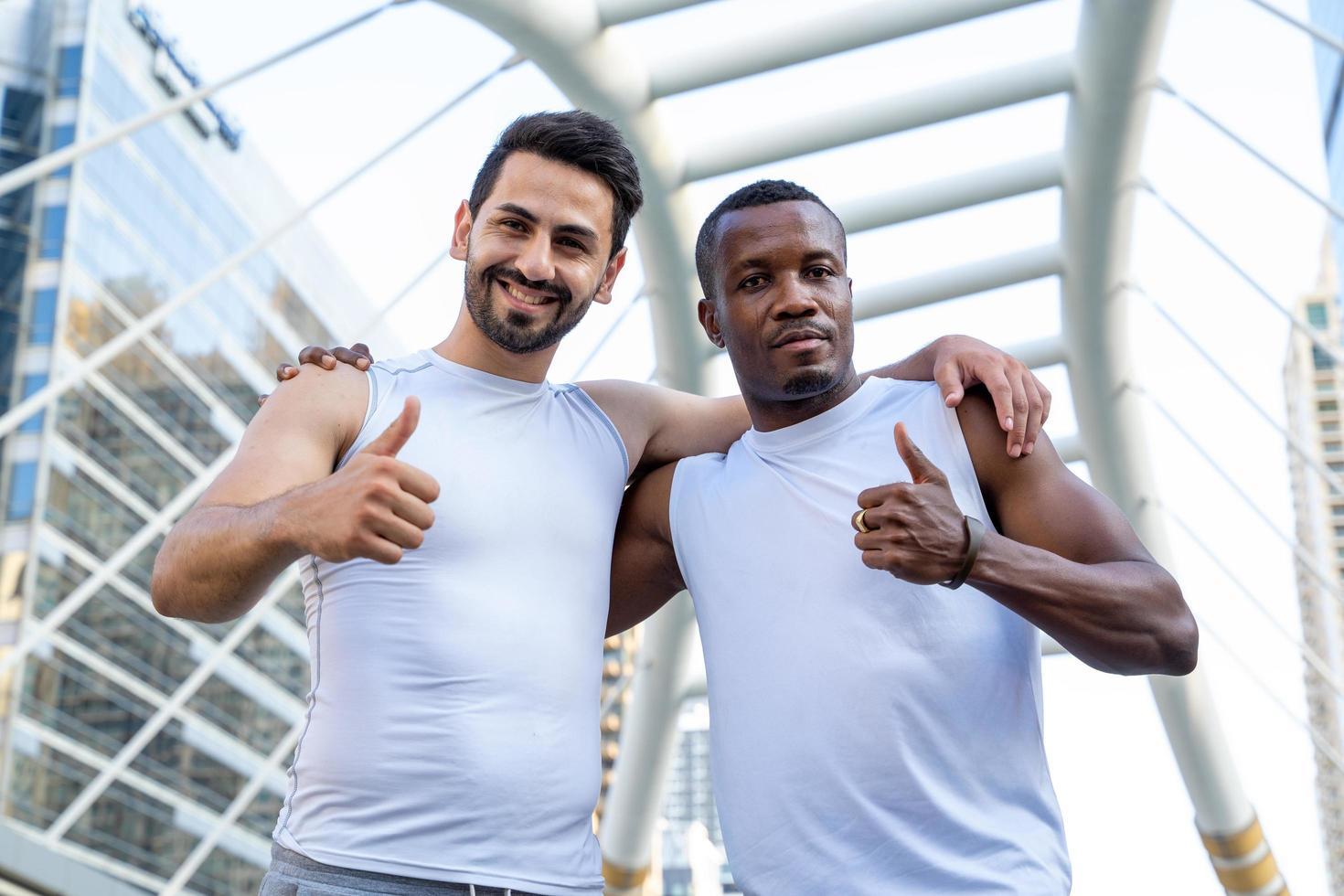 twee mannen in atletische kleding in stadsscène foto