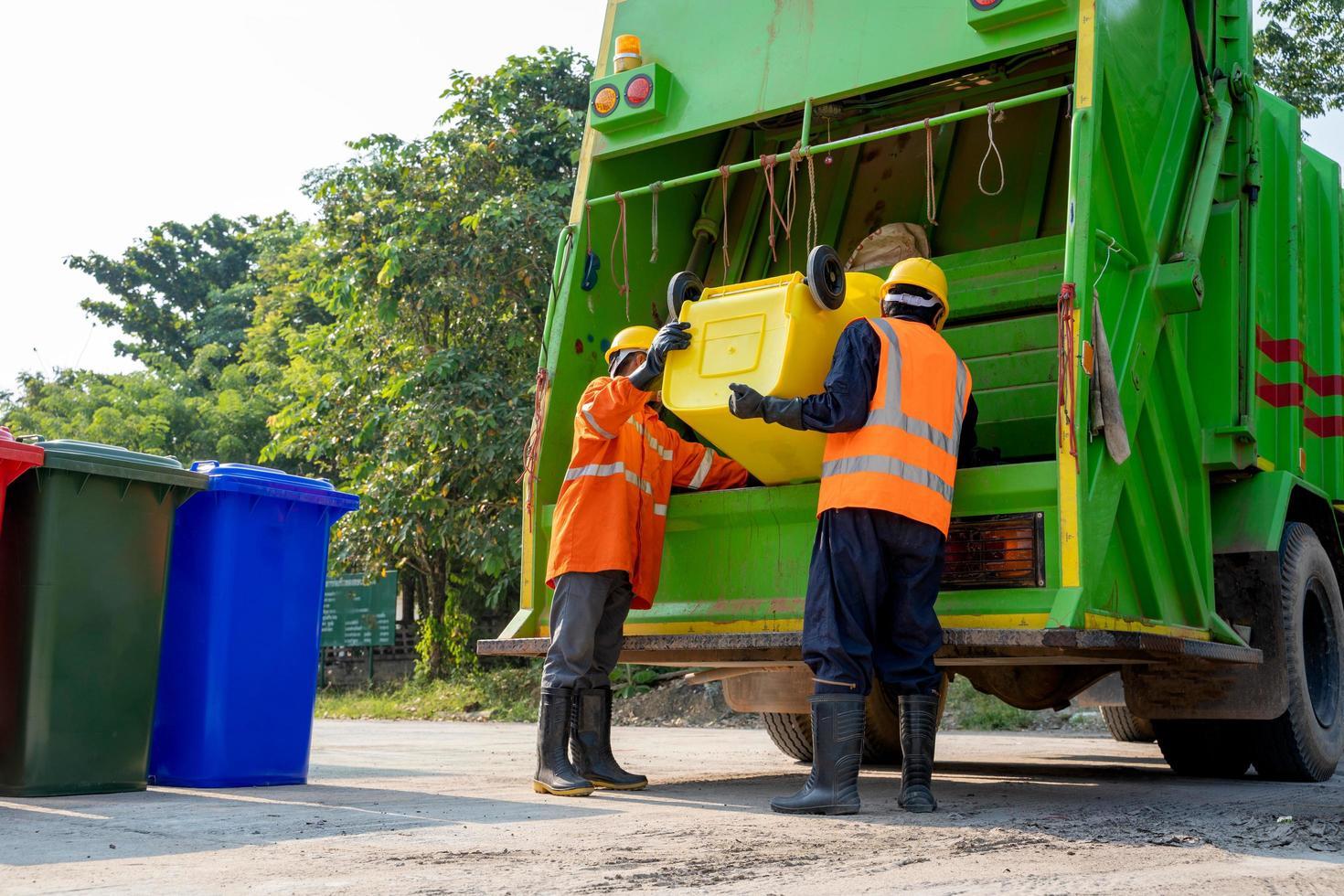 vuilnismannen met vrachtwagen foto