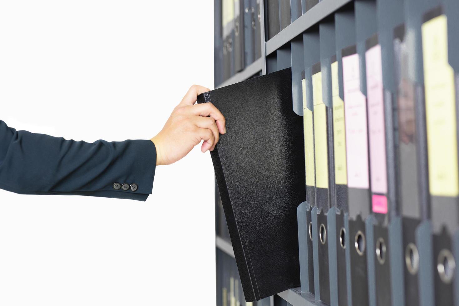zakenman map selecteren uit planken foto