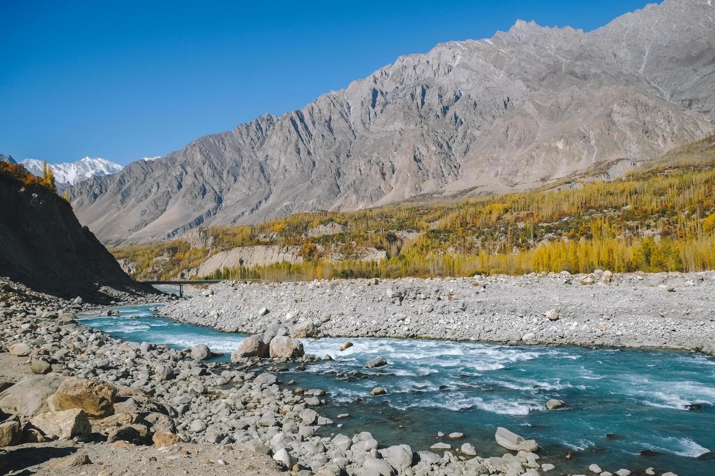 hunza rivier stroomt door karakoram berg in de herfst foto