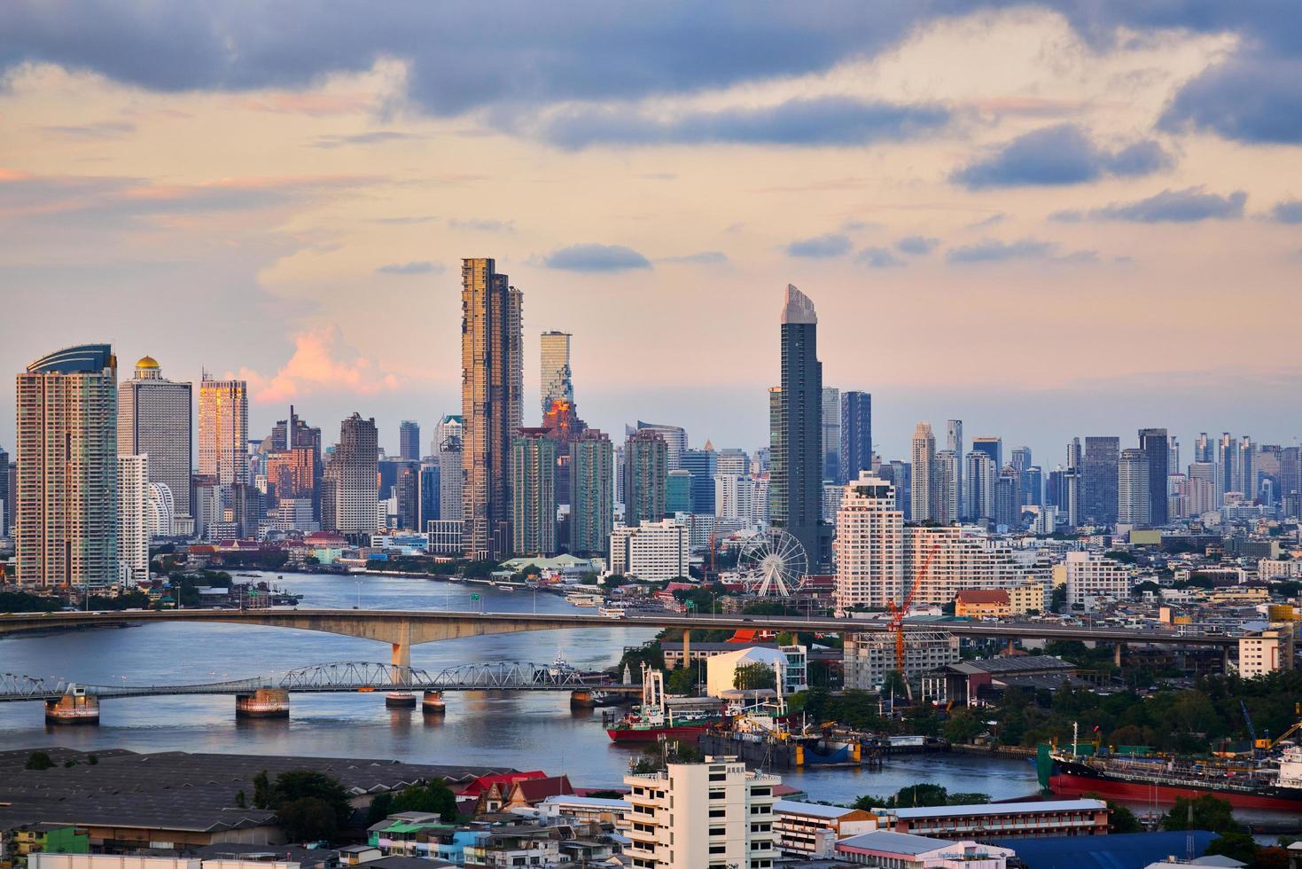 skyline van bangkok bij zonsondergang foto