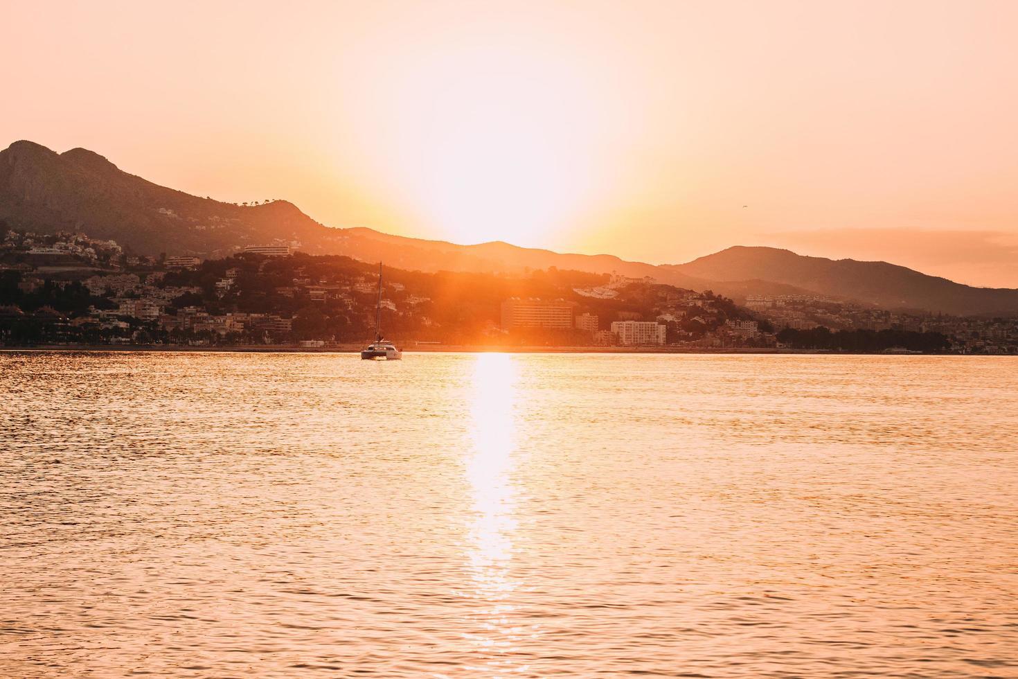 silhouet van boot op zee tijdens zonsondergang foto