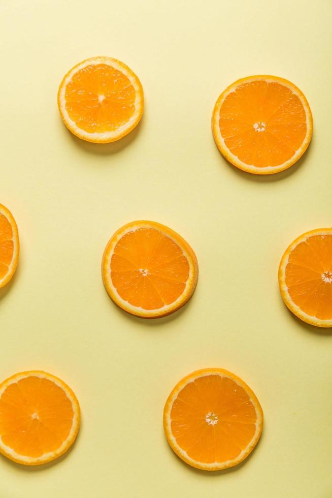 stukjes sinaasappel op gele achtergrond foto